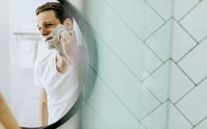 ひげ剃りする男性